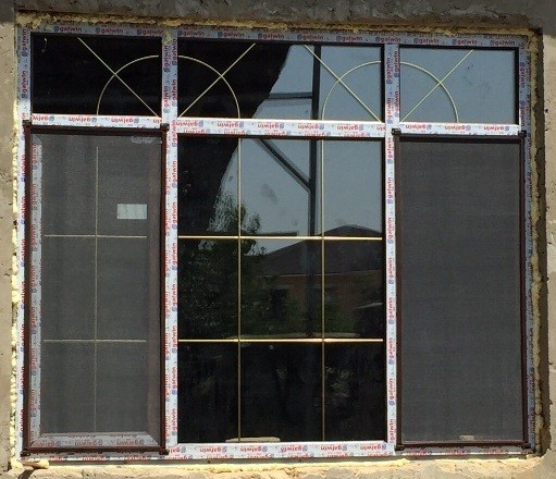 Окно пластиковое 1,4м х 1,8м из цветного профиля